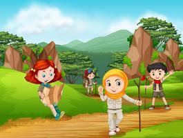 Grupp av scout vandring