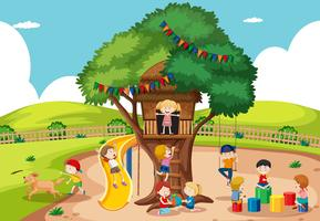 Kinder spielen am Baumhaus vektor