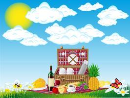Korb für ein Picknick mit Geschirr und Lebensmitteln auf die Natur