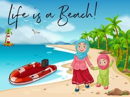 Muslimisches Mädchen und Mutter gehen am Strand