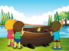 Barn som står bredvid båten