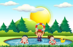Barn som simmar i poolen