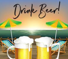 Zwei Gläser Bier und Strandansicht mit Phrase trinken Bier