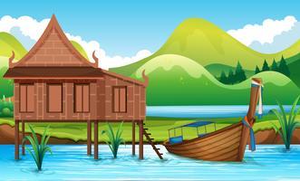 Traditionellt thailändska hus bredvid floden