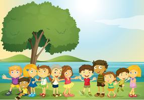 Kinder, die im Park glücklich sind