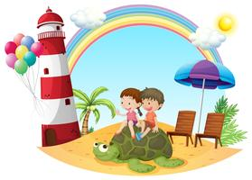 Kinder, die mit der Schildkröte an der Küste spielen