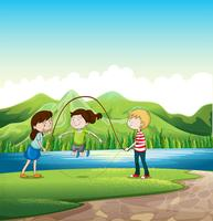 Drei Kinder, die nahe dem Fluss spielen