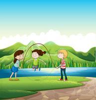 Tre barn leker nära floden