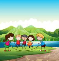 Kinder spielen im Freien in der Nähe des Flusses