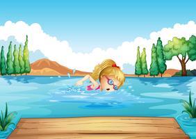 En tjej simmar i floden