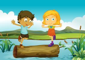 En tjej och en pojke över en trunk flytande