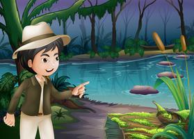 Ein kleiner Junge zeigt den Baumstamm mit Algen
