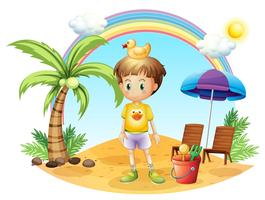 Ein kleines Kind mit seinen Spielwaren nahe dem Kokosnussbaum