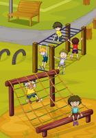 Kinder und Klettergerüst