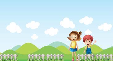 En tjej och en pojke i ett bergslandskap