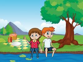 En leende pojke, en flicka och en flod