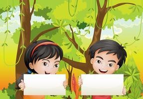 Ein Mädchen und ein Junge mit leeren Beschilderungen