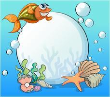 Ein lächelnder Fisch und die große Perle unter dem Meer