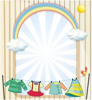 Kläder som hänger under solen nära en entré