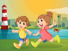 Zwei entzückende Kinder, die mit Schmetterlingen laufen