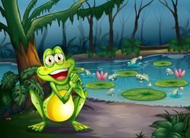 Ein spielerischer Frosch am Wald, der nahe dem Teich steht