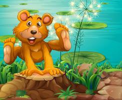 Ein verspielter Bär über dem Baumstumpf vektor