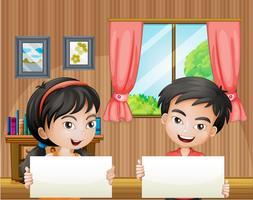 Zwei Kinder mit leeren Schildern im Haus