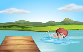 Ein junger Herr, der am Strand schwimmt