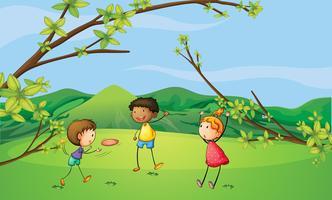 Två unga pojkar och en ung tjej som leker