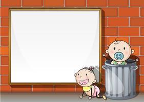 Babys in der Nähe der Wand mit einem leeren Schild
