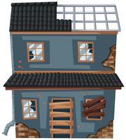Gammalt hus med trasigt tak och fönster
