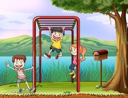 Kinder, die Kletterstange und einen Briefkasten spielen