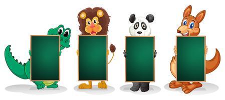Vier Tiere bilden eine Linie mit leeren Tafeln