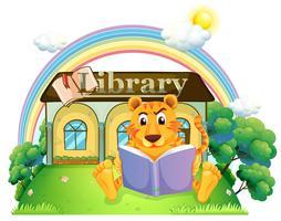 En tiger läser en bok utanför biblioteket