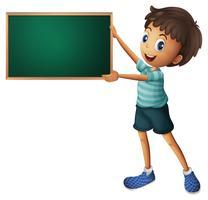 Ein Junge, der eine leere Tafel hält
