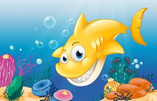 Ein gelber Hai, der unter dem Meer lächelt