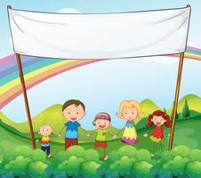 En familj i trädgården med en tom banner
