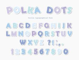 Gullig polka dots font i pastellblå. Paper cutout ABC bokstäver och siffror. Roligt alfabet.