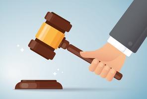Hand, die hölzernen Hammerhintergrund des Richters hält. Konzept der Gerechtigkeit.