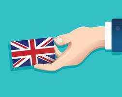Hand, die England-Flaggenkarte mit blauem Hintergrund hält