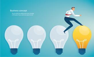 Geschäftsmann auf Glühbirne Ideenkonzept ausgeführt