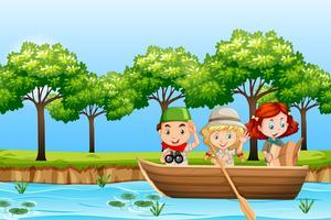 Kinder paddeln Holzboot
