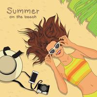 Tragende Sonnenbrille des Mädchens, die auf Strand legt