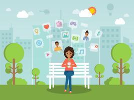 Ung kvinna chattar online på sociala nätverk med smartphone.