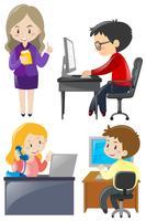 Büroangestellte, die an dem Schreibtisch arbeiten