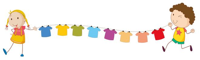 Kinder halten die Spitzen des Drahtes für die hängende Kleidung