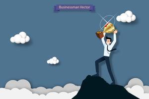 Glücklicher Geschäftsmann, der eine Trophäe der Nr. Eine auf die Oberseite des hohen Berges hält. Erfolg, Ziel, Leistung und Herausforderungskonzept.