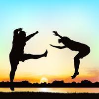Glückliche Mädchen springen, auf Schattenbildkunst. vektor