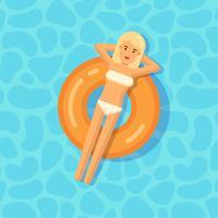 Ung tjej som flyter på en uppblåsbar cirkel i en simbassäng
