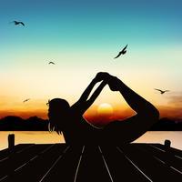 Silhuettflicka yoga hållning i skymningen.